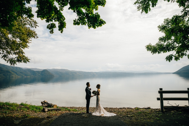 湖のほとりで結婚式のイメージ