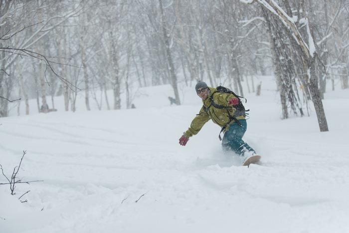 雪板で滑る様子