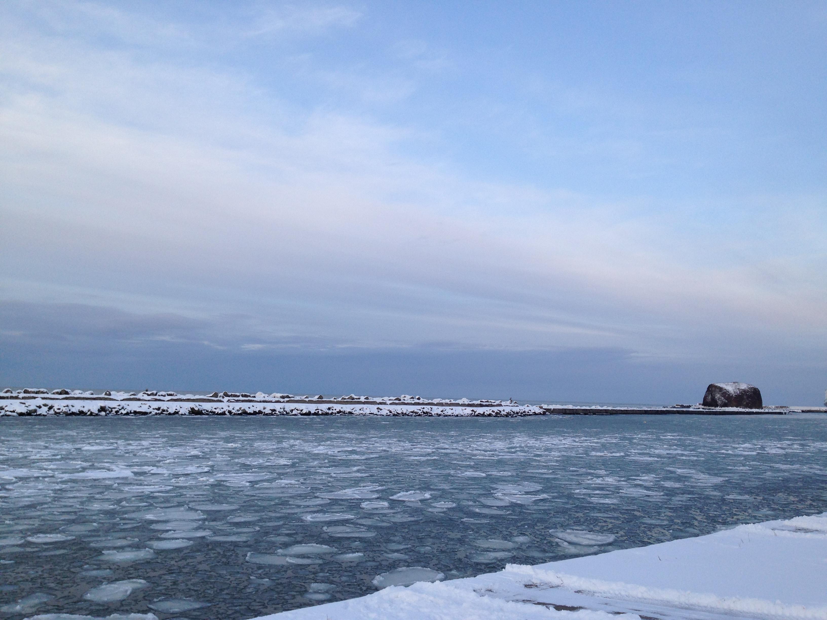工房から見えるお気に入りの景色。冬の網走川と帽子岩とオホーツク海。