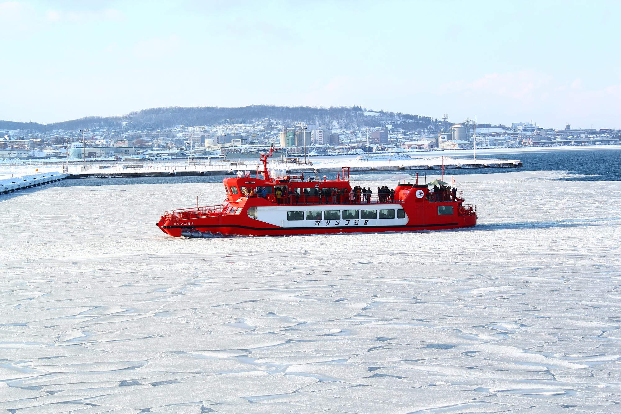 流氷を進むガリンコ号