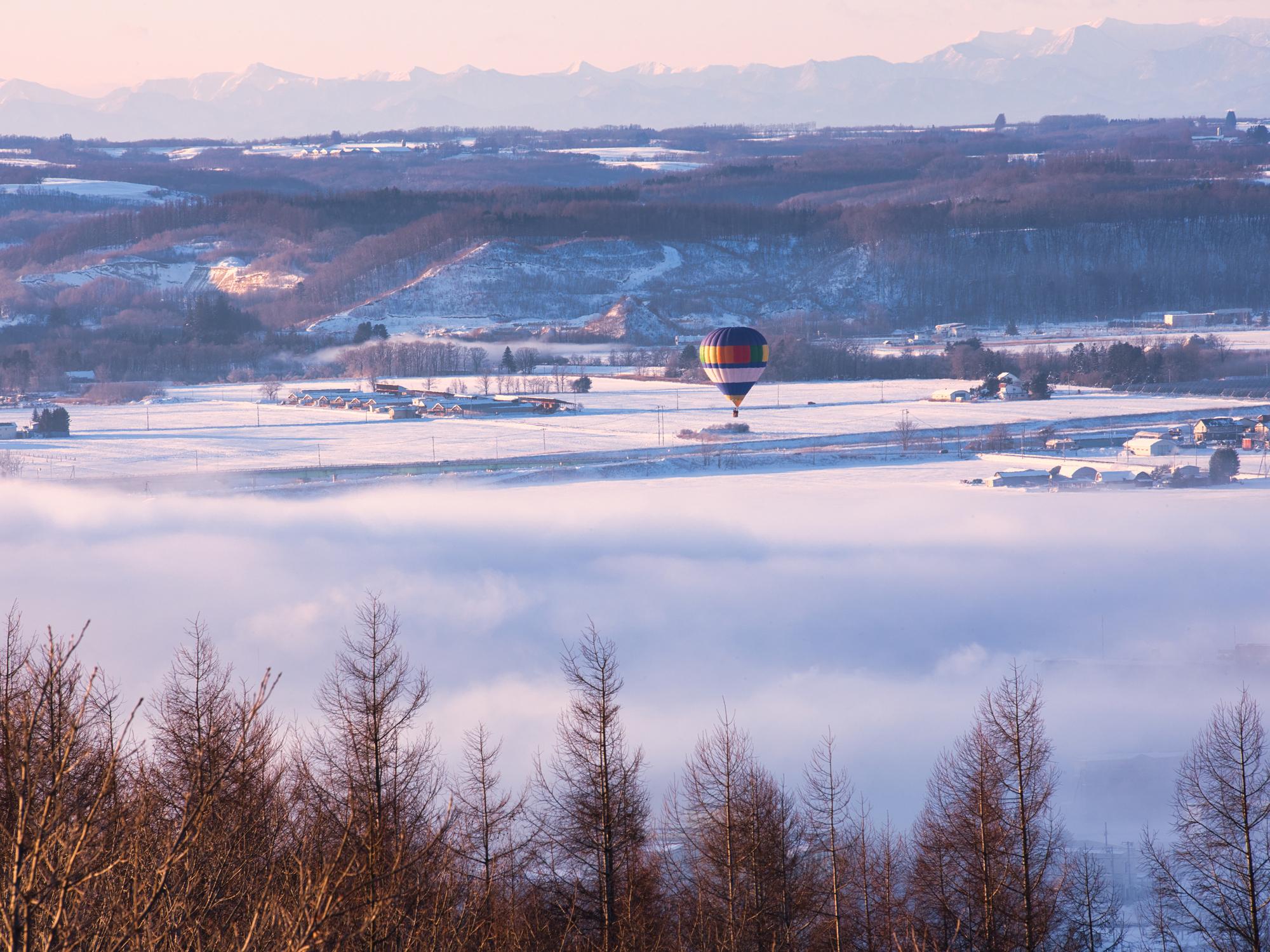 十勝川沿いを飛ぶ気球