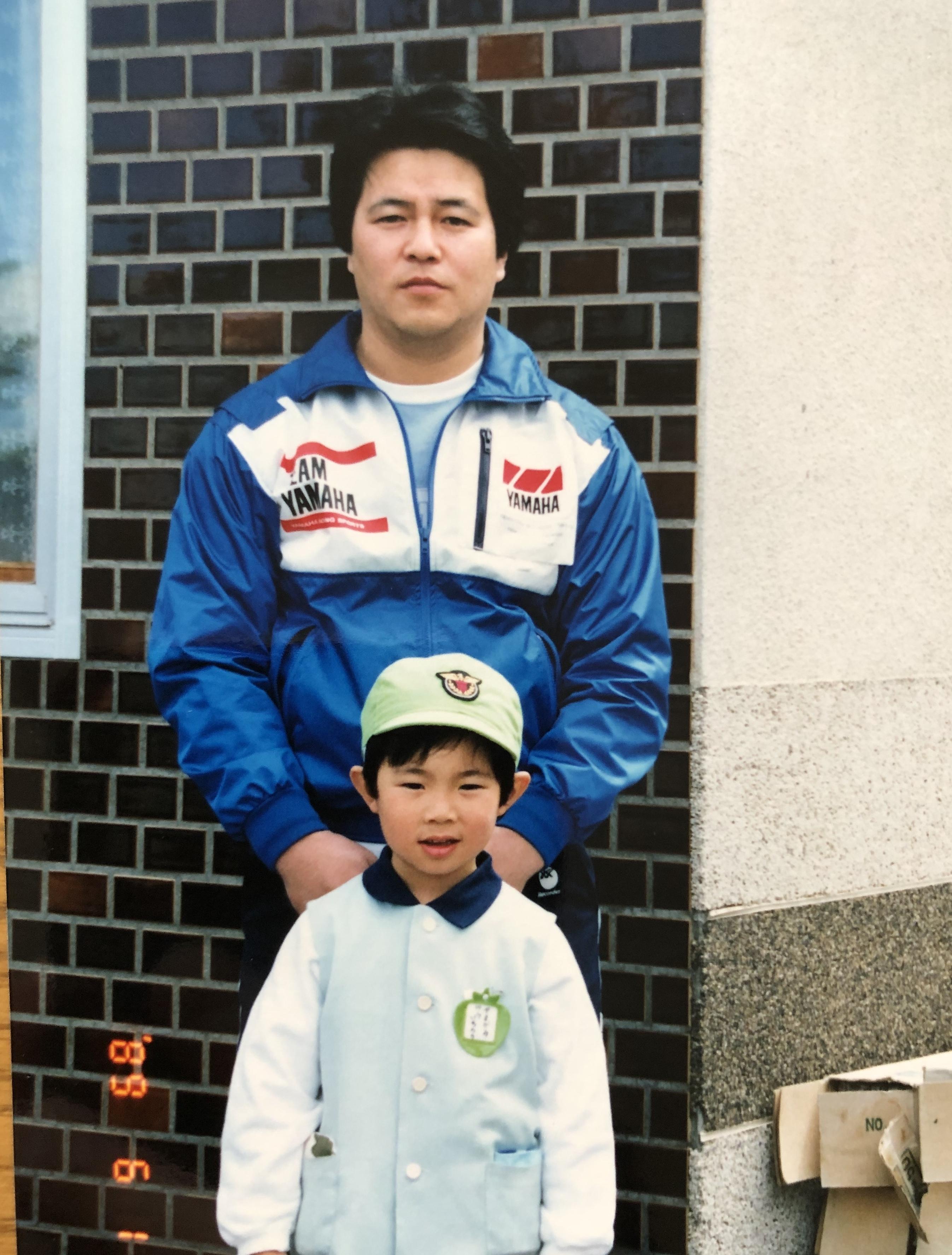 幼いころ、父・裕靖さんとのツーショット