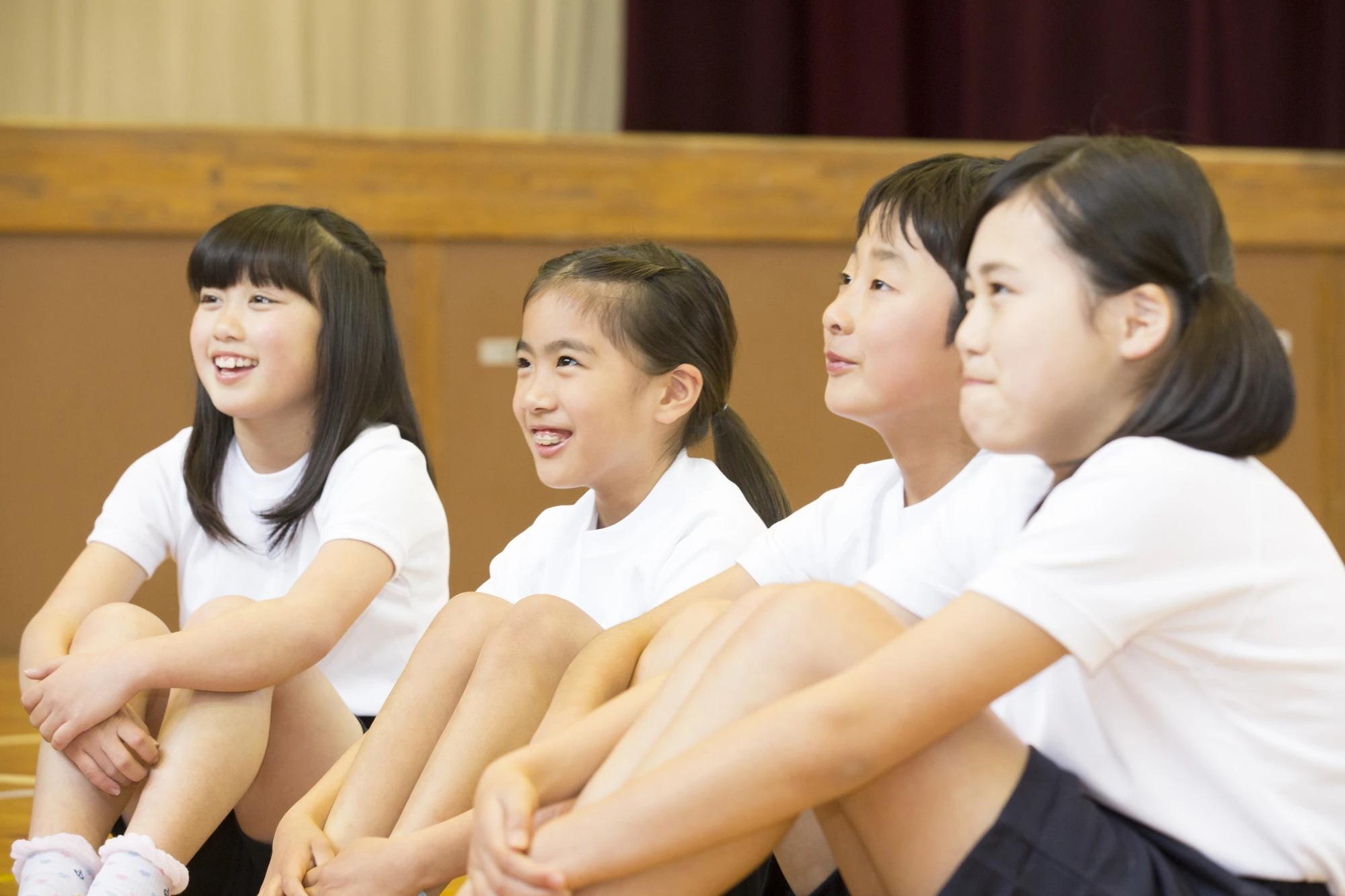 体育館に座る小学生