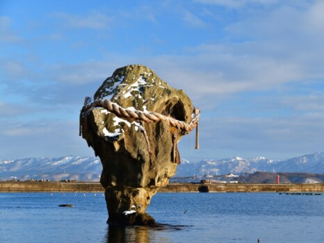 正月の準備が整った北海道江差町瓶子岩と朱色の鳥居の冬の風景を撮影