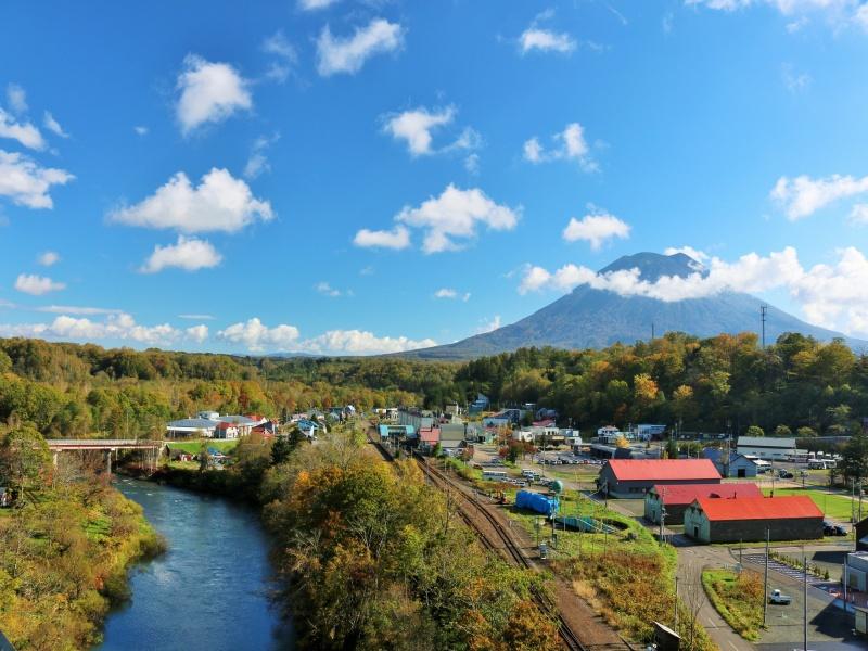 北海道 青空のニセコと羊蹄山