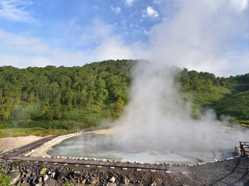北海道蘭越町でニセコ湯元大湯沼の朝の風景を撮影