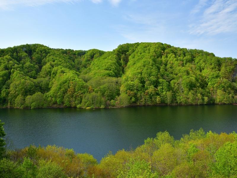 初夏の北海道厚沢部町の鶉ダムの風景を撮影