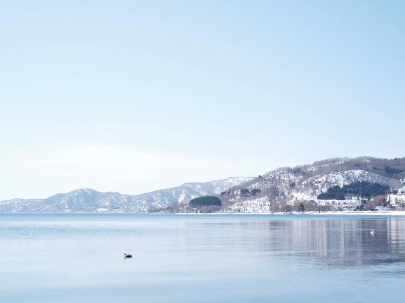 宿の前の岸辺から撮った洞爺湖