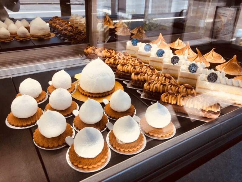 『特注巨大レアチーズも並ぶスタイリッシュなショーケース』出典 廣川菓子製作所