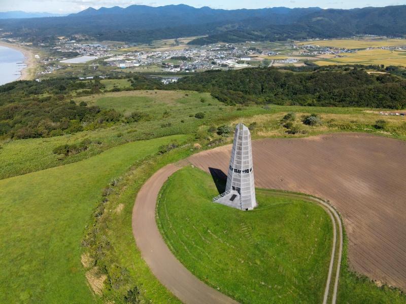 初秋の北海道上ノ国町で夜明けの塔の風景を空撮