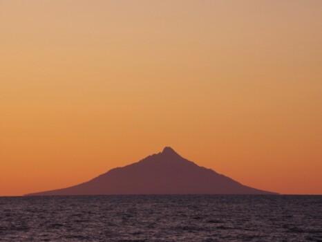 北海道遠別町から見た夕暮れの利尻山(利尻富士)