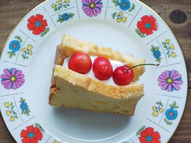 さくらんぼのシフォンケーキ