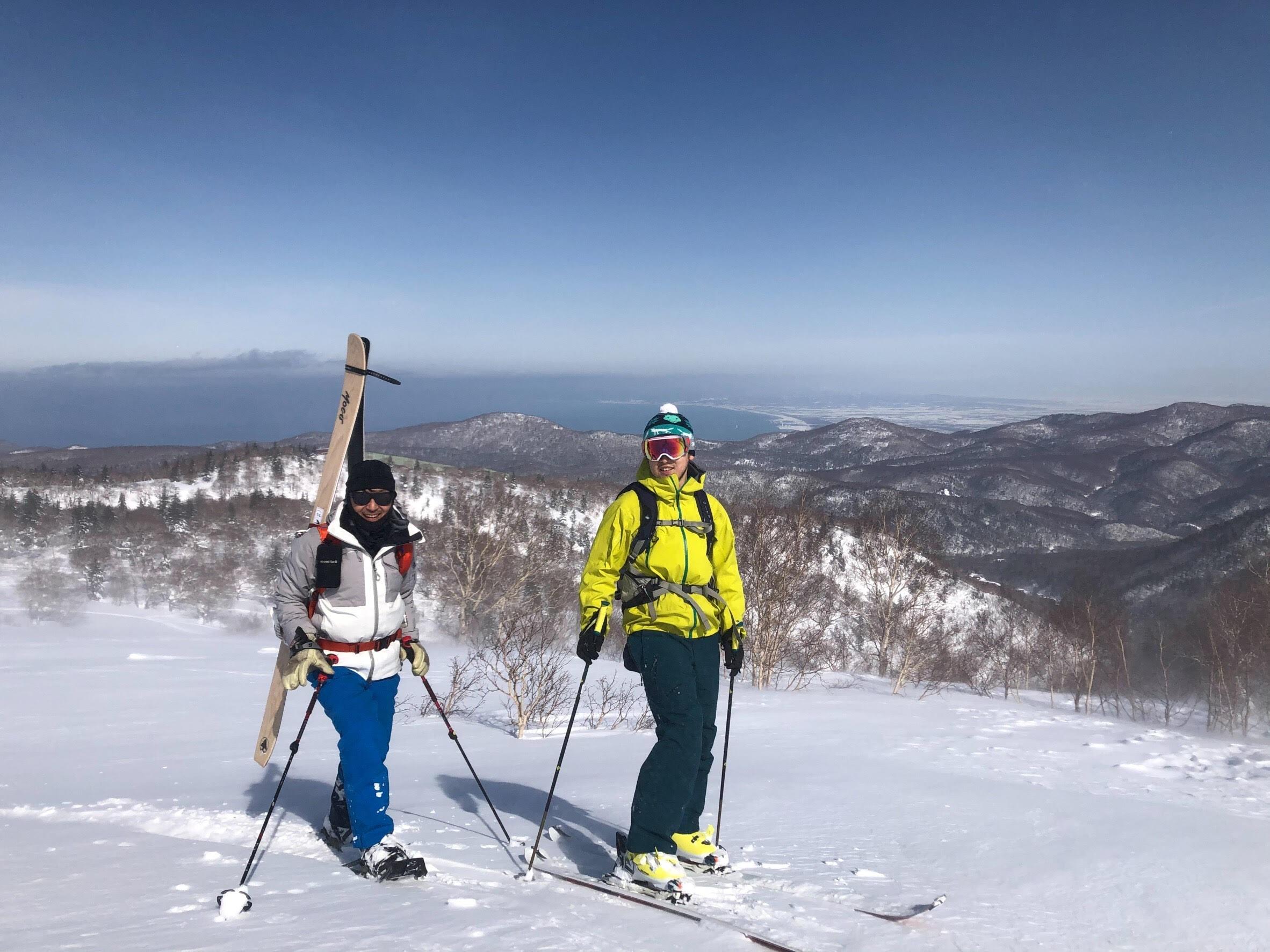 スキー仲間だという杉原さん(左)と萩原さんの夫・学さん