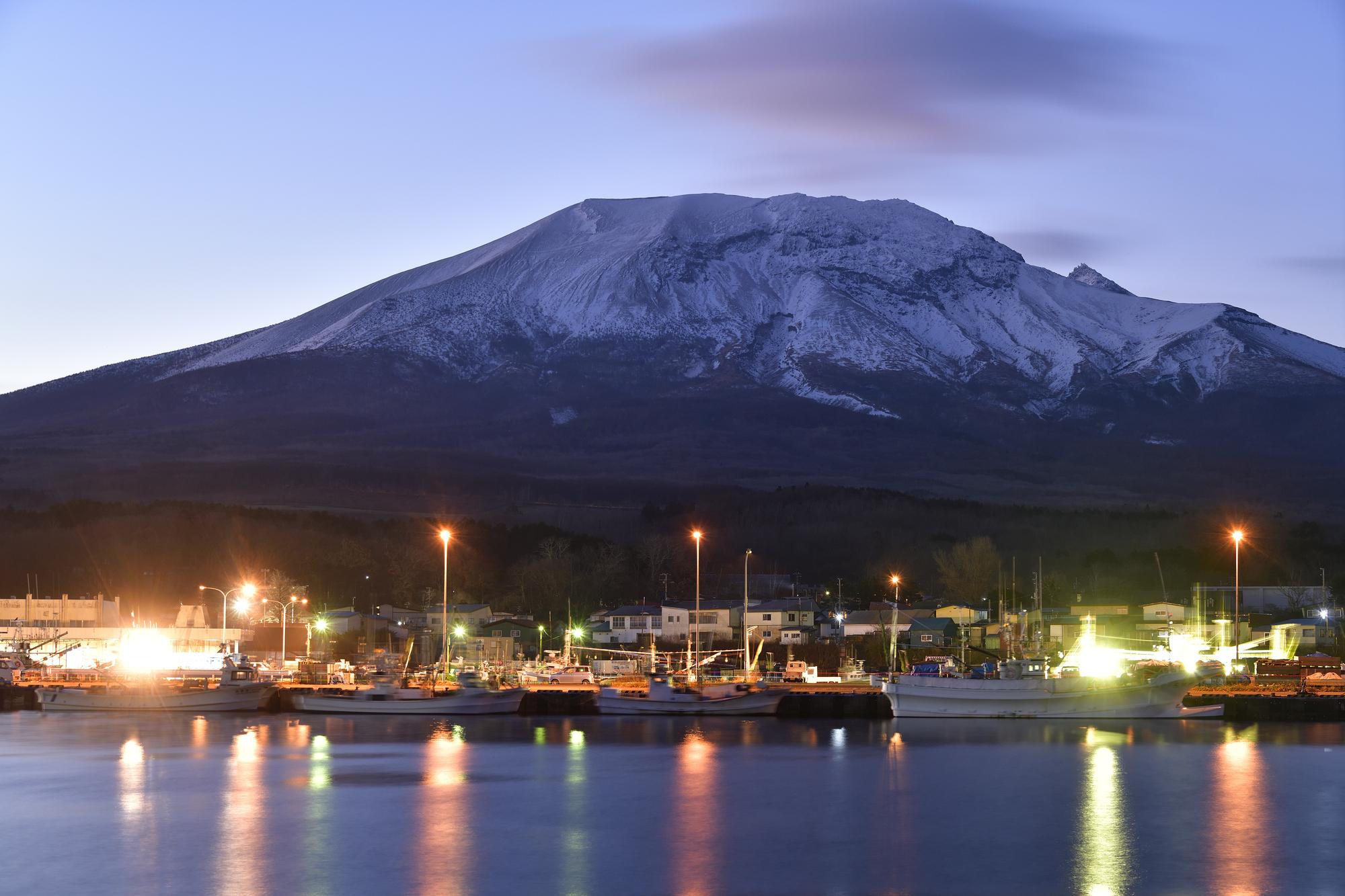 初冬の北海道森町砂原港の夜明けの風景を撮影