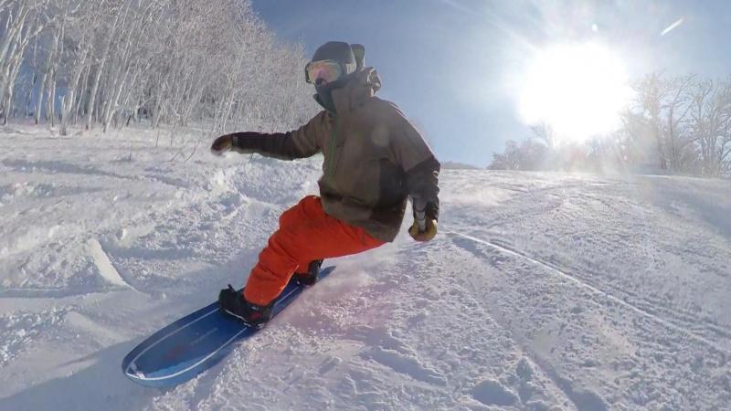 スノーボードを楽しむ海老子川さん