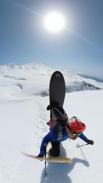 スノーボードを背負い登山