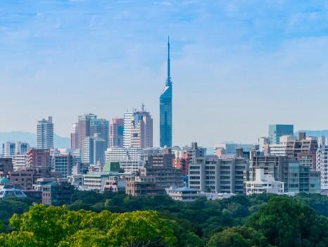 福岡市の舞鶴公園から見る美しい景色と福岡タワーの背景