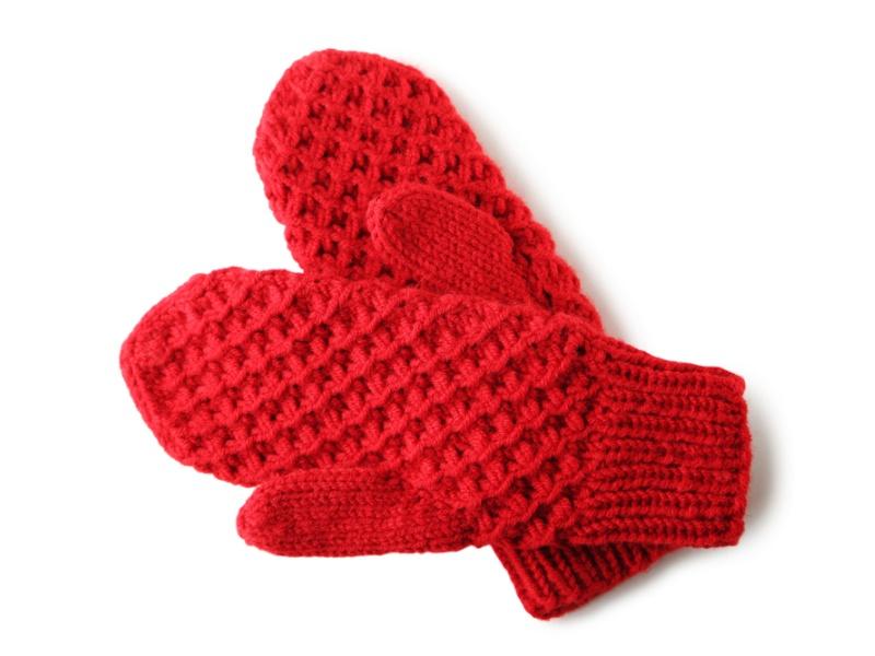 白い背景に編み上げた赤い手袋